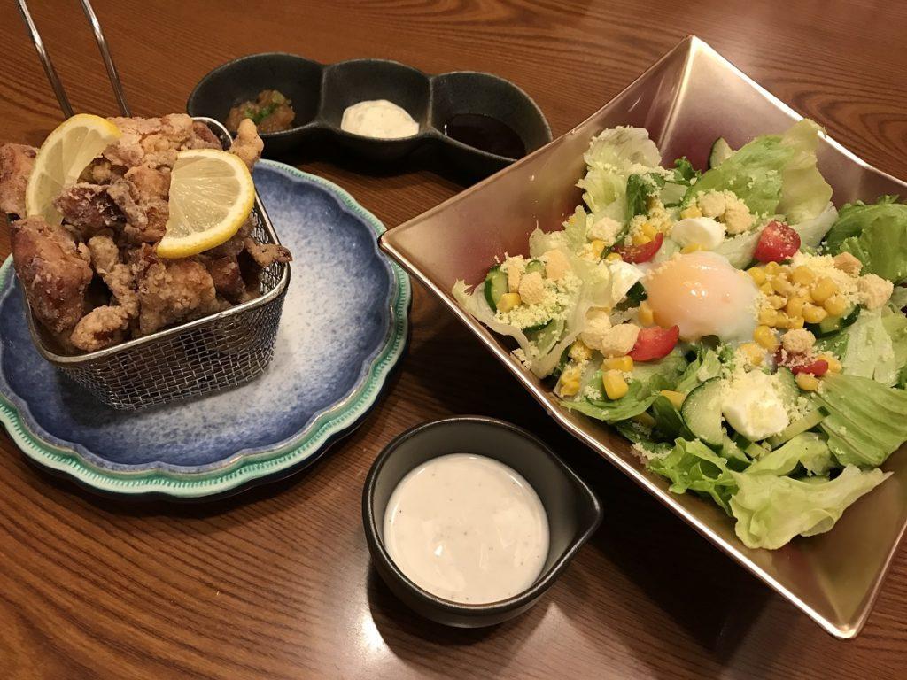 関市の神楽(かぐら) 唐揚げ、サラダ