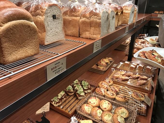 CRAM BON 関店 店内のパン