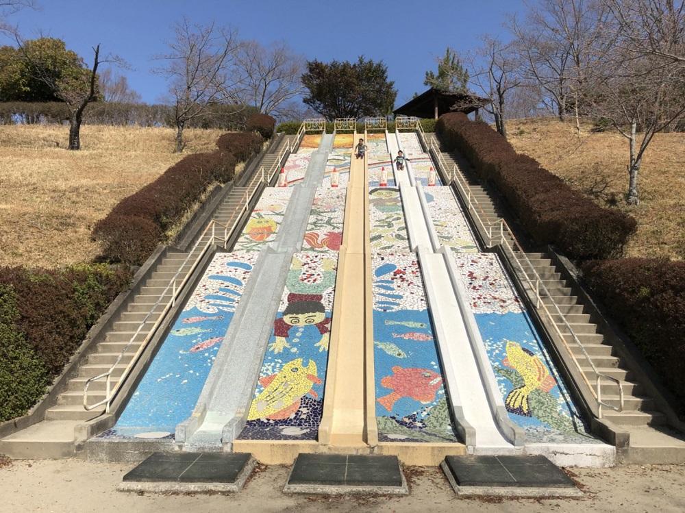 美濃加茂市前平公園 大きな石の滑り台