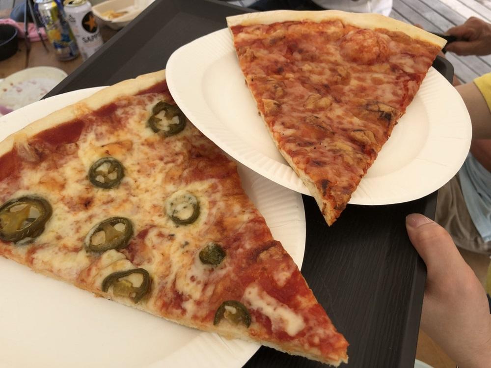 リバーポートパーク内でスライスピザ