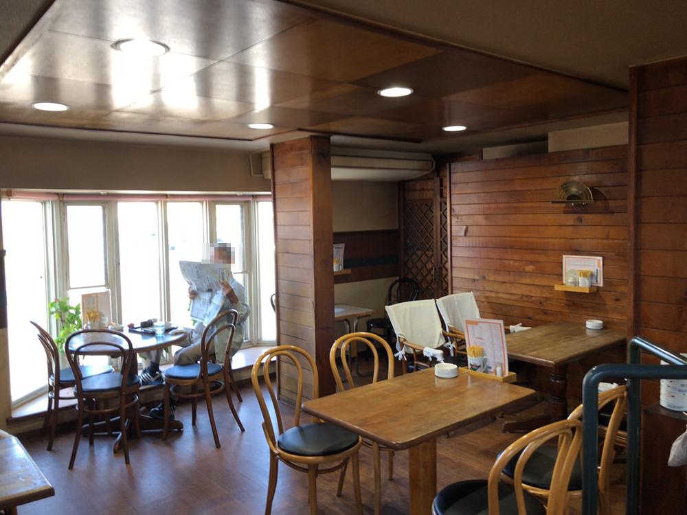 喫茶ドルシェンの店内 1階