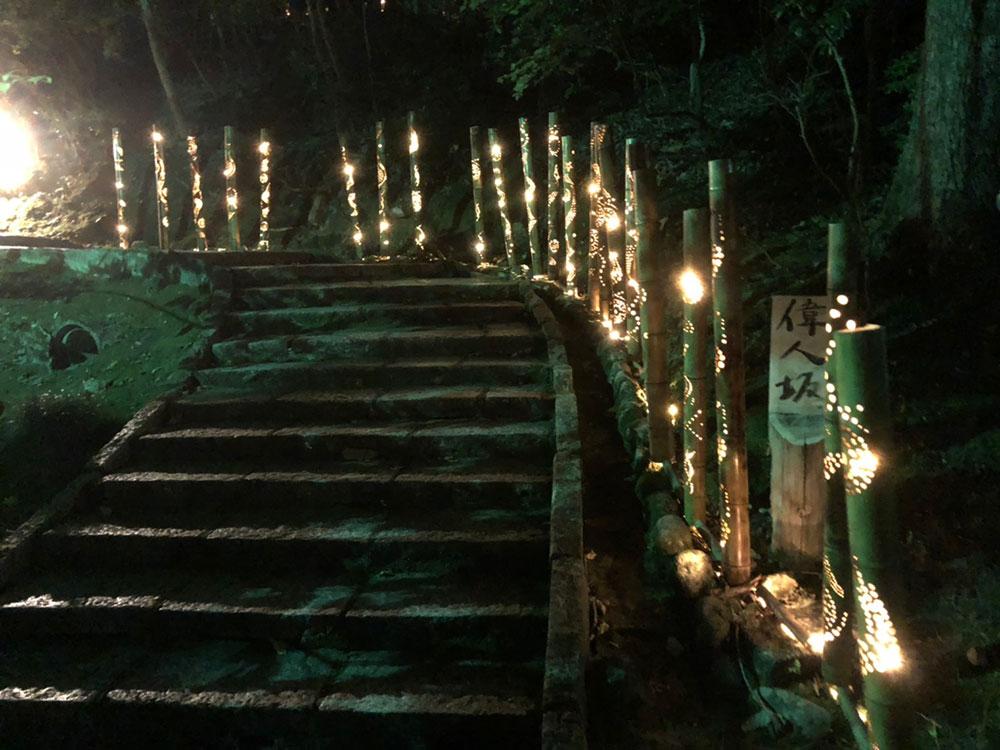 明治村の紅葉ライトアップへ続く偉人の坂