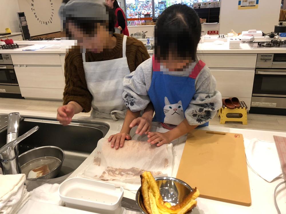 関市の料理教室 マーゴキッチンスタジオの親子クッキング チョコロールケーキ