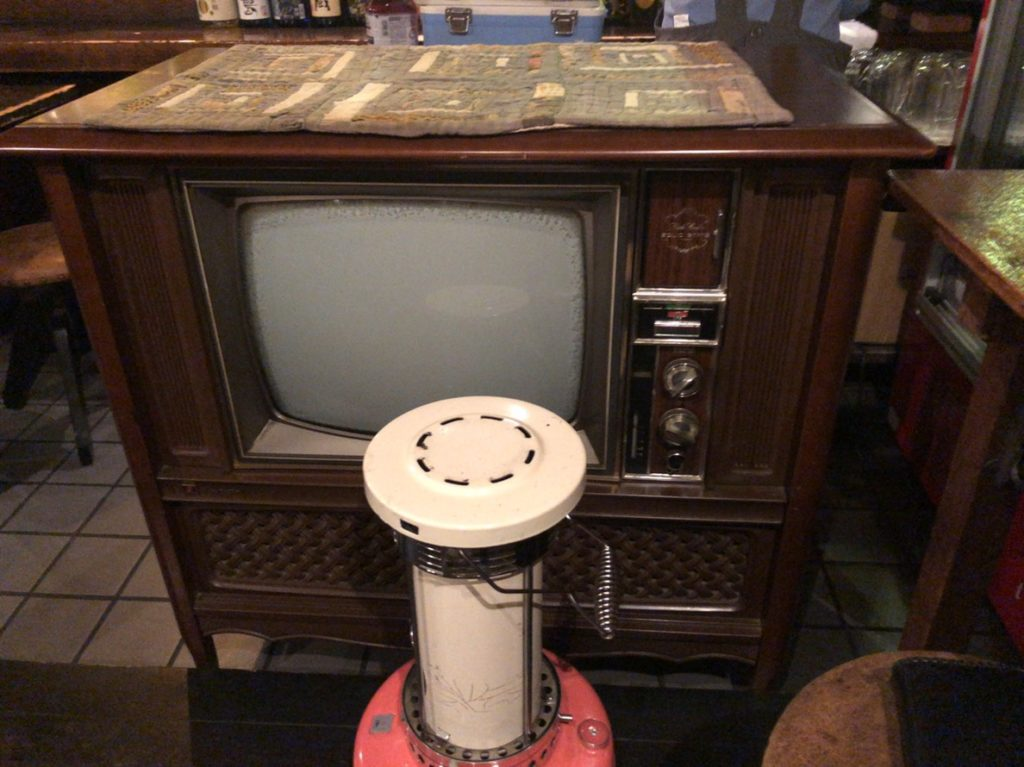 高橋商店のテレビ、ストーブ
