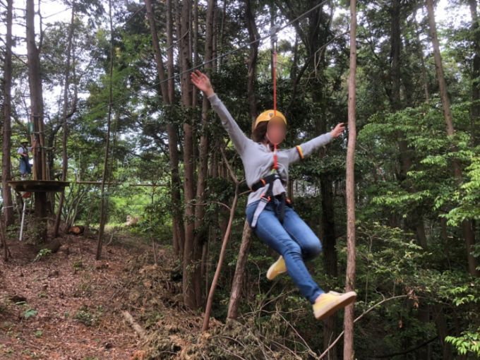 百年公園のツリートップアドベンチャー「冒険の森」ジップライン