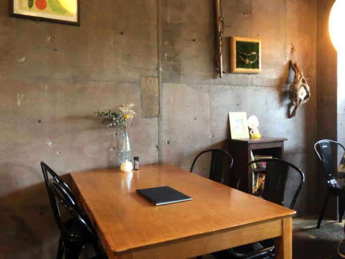 cafe HIFUMIの店内テーブル席