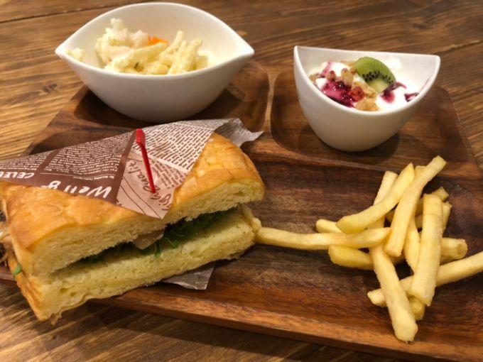 Makapu'u cafe(マカプー カフェ)のチキンとゴボウのサンド