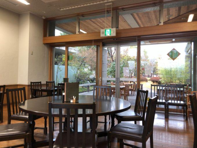 カフェ ほんわかの店内とテラス席