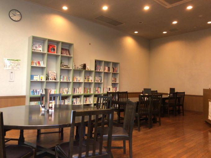 カフェ ほんわかの店内の本棚