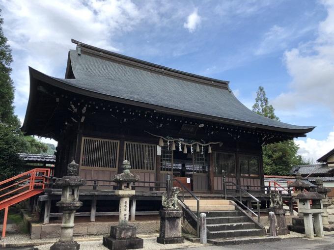春日神社の境内