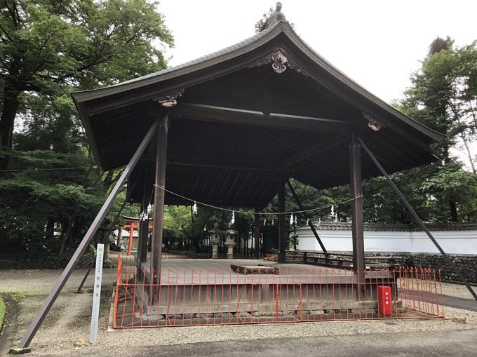 春日神社の境内に桧皮葺きの能舞台