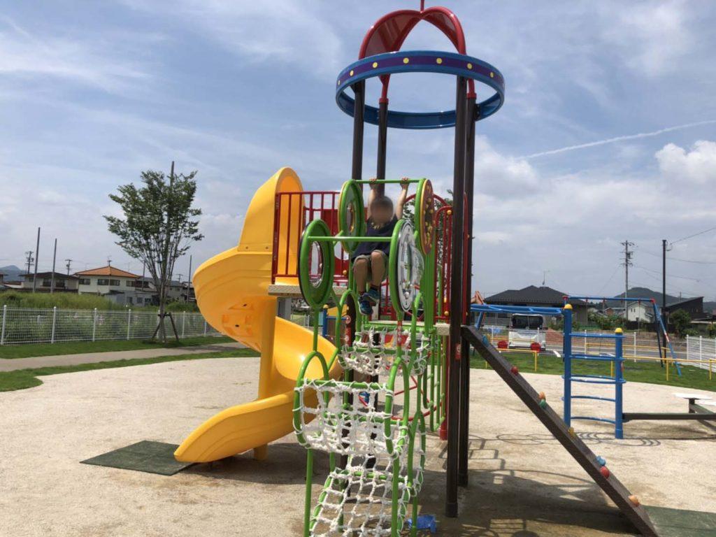 市平賀第一公園の複合遊具で遊んでる