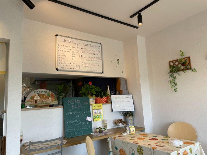 小さな隠れ家カフェ ナチュライズの店内